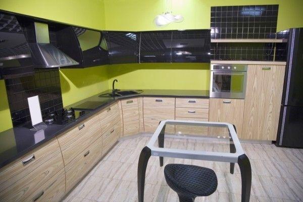 Кухня. Темно-серые навесные шкафы на фоне желто-зеленых стен.