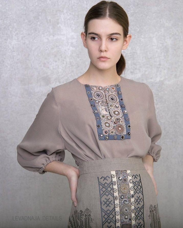 Шифоновое платье, классическая модель LEVADNAJA DETAILS c вышивкой спереди и на спинке.