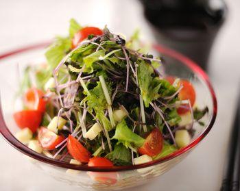 レタスとトマトをもりもりいただけるサラダ風そば。ポン酢としょう油で作るさっぱりドレッシングには、柚子胡椒を効かせるのがポイント。