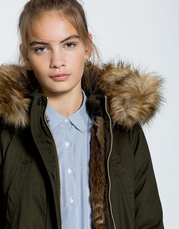 Un look plus décontracté avec les manteaux oversize, parkas kakis, trench-coats et doudoune tendance pour femme de l'automne-hiver 2016 de PULL&BEAR !