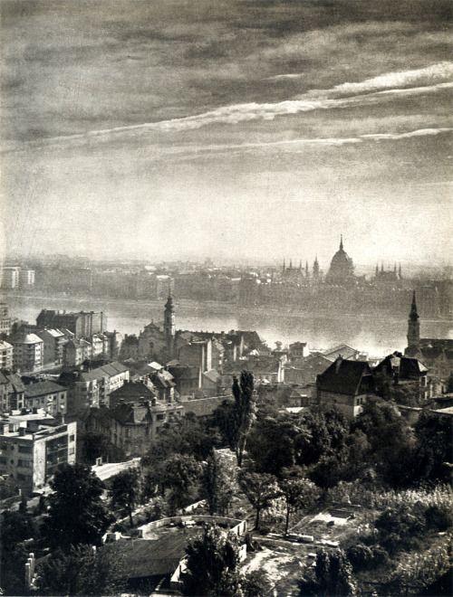 scanzen:  Vadas Ernő: Budapesti reggel. In: Foto, 1956. Július.