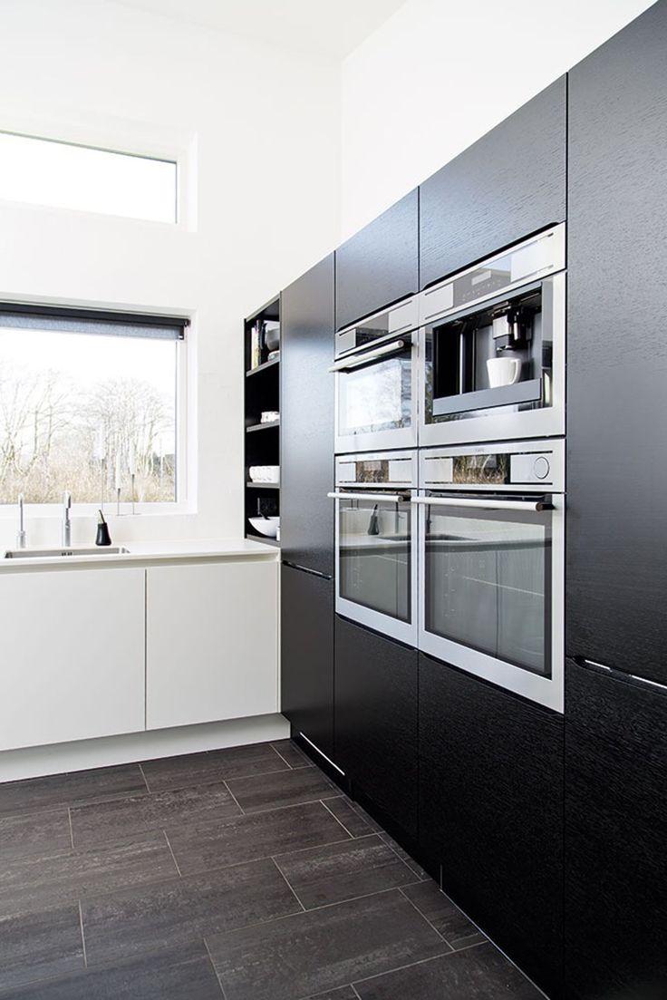 strakke lijnen in de keuken | kastenwand in contrasterende kleur met open vakken bij aanrecht.