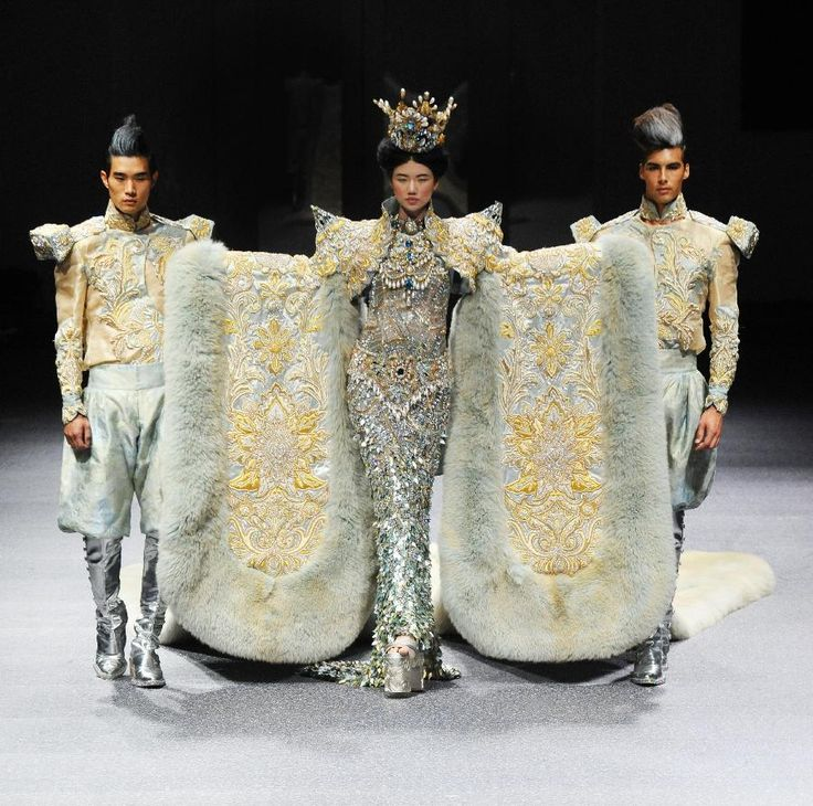 A model presents the latest creations by Chinese fashion designer Guo Pei during the FIDe Fashion Week in Singapore's Marina Bay Sands Expo photo en.people.cn