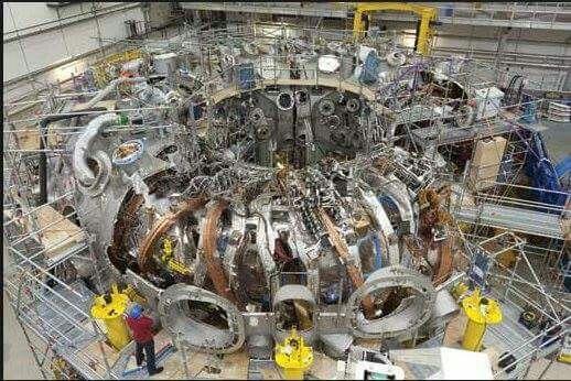 The wendelstein 7-x. Alman yapımı füzyon reaktörü.Yani bir varil ağır suyla bir senelik ülke yeşil enerjisini üretebilecek bir sistem ..  ......Hidrojenin iki izotopunu olan Döteryum ve trityumu Helyuma dönüştürebiliyor aynen Güneş ve yıldızların yaptığı işi yapacak sonuçta enerji üretme konusunda ..,Hocamın dediği gibi bu da Almanların Hasbelkeder geliştirdiği bir enerji teknolojisi yani..