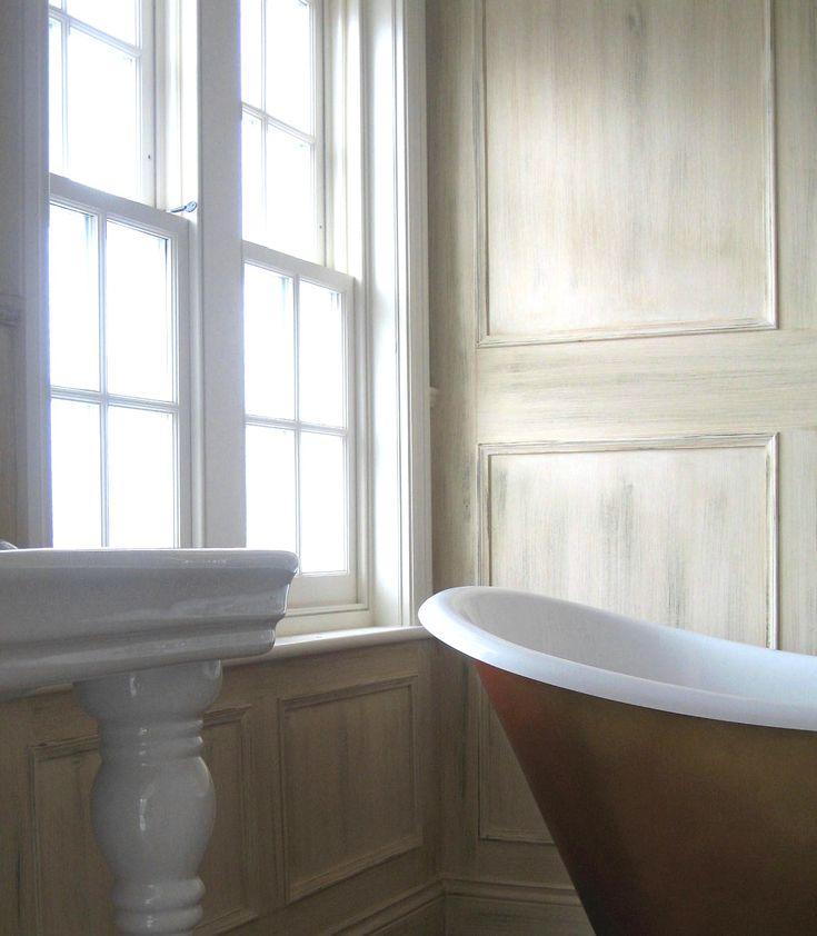 Обновите Старую обшивку с красящими деревянными панелями: Двойной Хунг Окно и лакировка Дерево Обшивка с Пьедестал Раковина также ножные ванны когтя и как красками для деревянной обшивки Как Краски обшивки стен для современной Идеи дизайна ванной