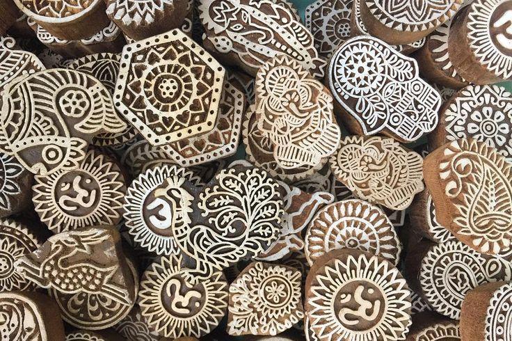 毎日毎日インドの手仕事の浅いところを触れる日々 新しいモノに出会うたび悶絶して独り言  深くに行きたい だけど行ったら帰れなさそう . . #india #lifeinindia #life #craft #travel #scenery #woodstamp #インド #インド暮らし #手仕事 #クラフト #木版 #旅 #雑貨 #スタンプ