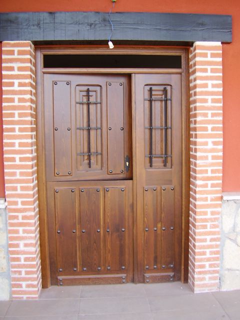 Puertas de madera exterior en estepona puertas tall for Puertas de madera maciza exterior