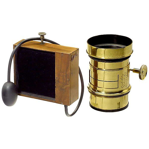 """""""Quick Acting Portrait Lens"""" with """"Guerry"""" Shutter Clement & Gilmer, Paris, brass lens of Petzval-type. For waterhouse stops, excellently working focusing movement. Length: 16 cm. With behind-the-lens flap shutter """"Obturateur"""" by Cl. Guerry, Paris. Pneumatic release"""