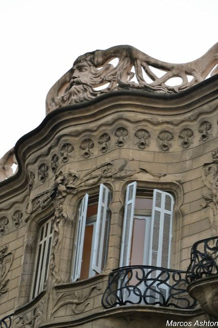 Gaudi en Buenos Aires / Gaudi in Buenos Aires Obra del ingeniero Eduardo Rodriguez Ortega. Fiel reflejo del modernismo arquitectónico Catalán, se eleva a unas pocas cuadras del edificio del Congreso Nacional. en la esquina de Rivadavia y Ayacucho.