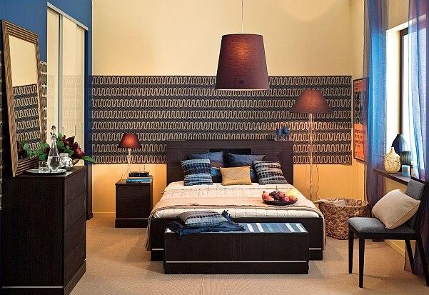 Styl kolonialny i klasyczna elegancja tworzą razem intrygujący wystrój sypialni. Inspiracją do aranżacji sypialni stały się motywy zaczerpnięte z autentycznej afrykańskiej tkaniny oraz karbowane fronty mebli