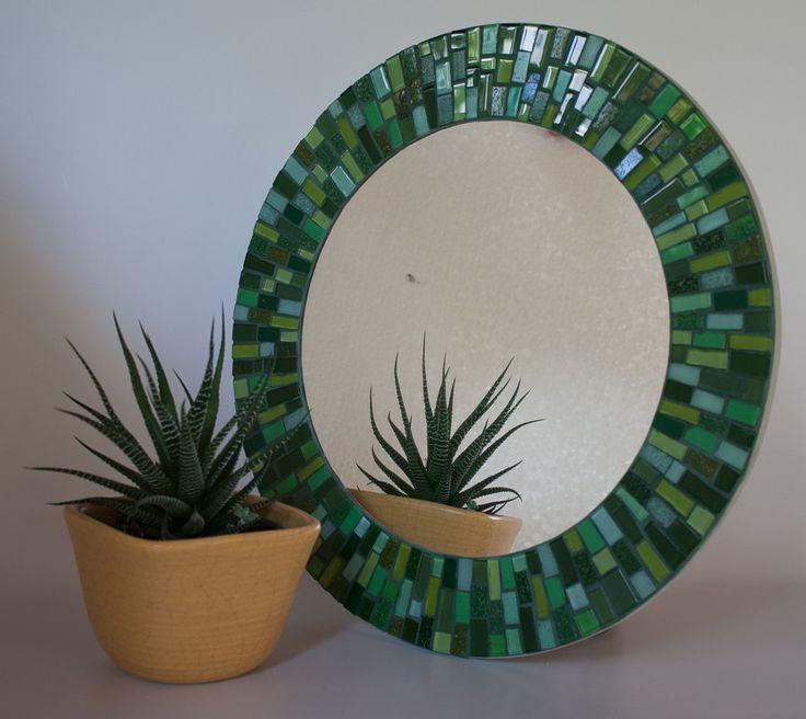 Espelho em mosaico feito em uma base de mdf com pastilhas de vidro em vários tons de verde. <br>Ideal para ser colocado em lavabos, halls, corredores, ou em qualquer cantinho de seu lar ou local de trabalho. <br>Uma ótima opção também para presentear! <br> <br>A moldura mede 40 cm e o espelho tem 26 cm de diâmetro.