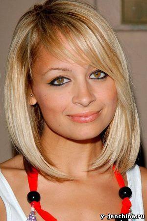 Волосы средней длины, как золотая середина - они позволяют выполнить  множество вариантов причесок и укладок, в зависимости от типа волос.  Какой может быть стрижка на средние волосы? Это может быть удлиненное  каре, каскадная и слоистая стрижка, стрижка лесенка с градуировкой у  лица или по всей длине волос.