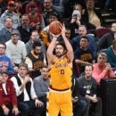 Cavs' Kevin Love re-injures left shoulder against Lakers (Yahoo Sports)