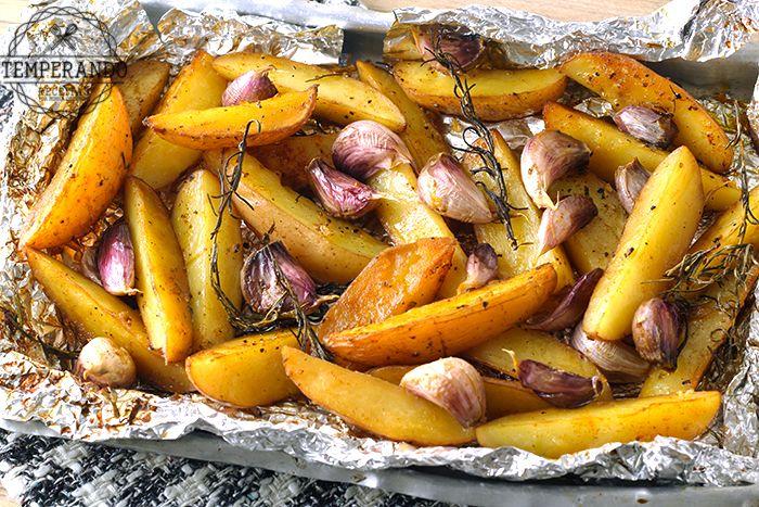 Receita de Batata Rústica assada com ervas que dão um sabor especial e se transformam um ótimo acompanhamento para carnes, aves e peixes ou aperitivo.