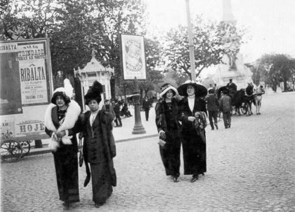 Senhoras a passear pela Avenida da Liberdade em 1912.  Fotografia Lisboa Antiga.  #antique #foto #photo #mariajoaobahia #joias #joiasdeautor #jewelry #lisboaantiga #avenidadaliberdade #passeiopublico #tercafeira #tuesday #tesourinhos #antiguidades #memorias #ladies