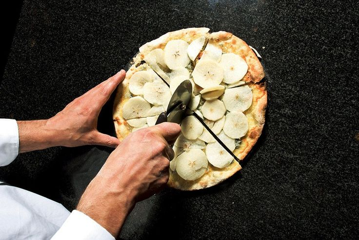 Для теста — соединить муку, воду, оливковое масло, соль и дрожжи в следующей пропорции: на 1 кг муки — 1,5 л воды, 10–15 г масла, 30 г соли и 3 г свежих дрожжей. Для одной пиццы нам потребуется кусок теста весом 150–170 г.
