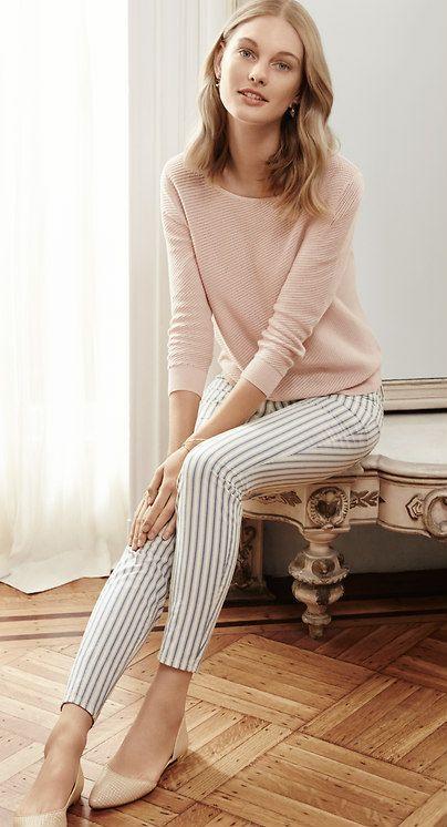 Bleiben Sie in? Halten Sie den Look weich, mit einem errötenden rosa Pullover und Nude Flats.