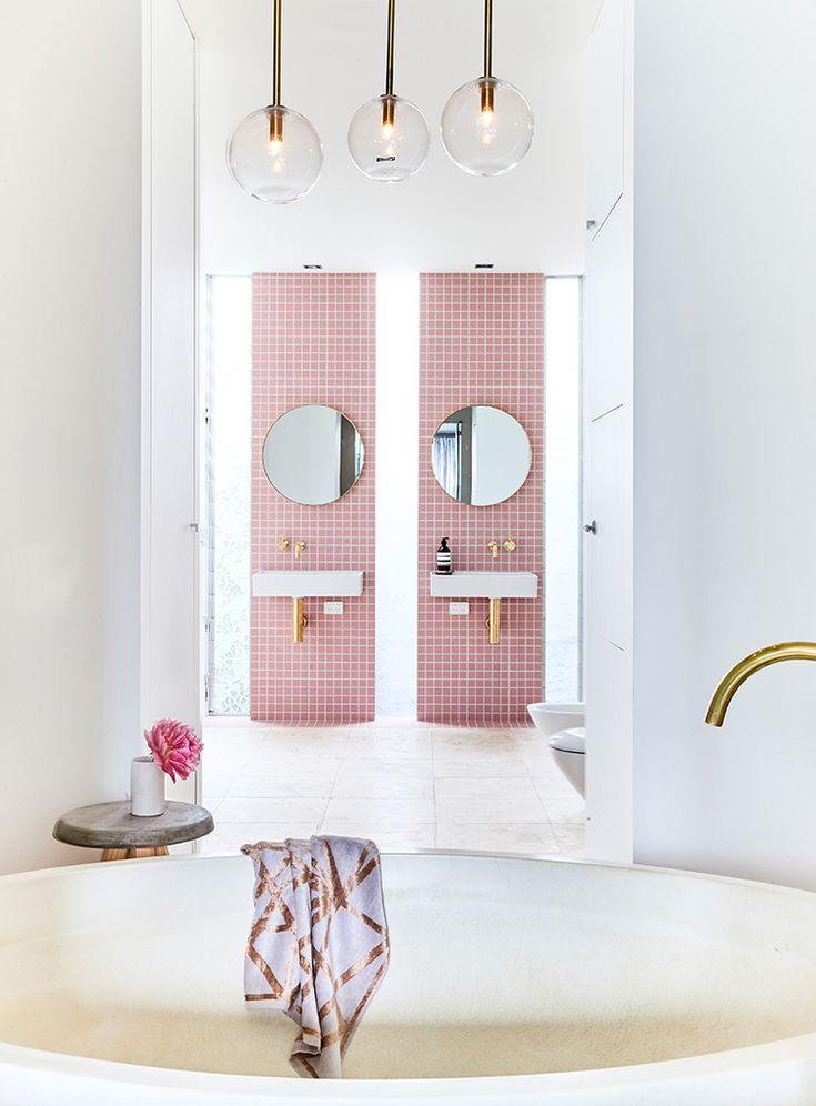 Вертикальные розовые полосы в ванной комнате возле умывальников и душа совершенно меняют восприятие интерьера. Холодный интерьер вдруг становится теплым, уютным и гостеприимным.  (ванна,санузел,душ,туалет,дизайн ванной,интерьер ванной,сантехника,кафель,современный,интерьер,дизайн интерьера) .