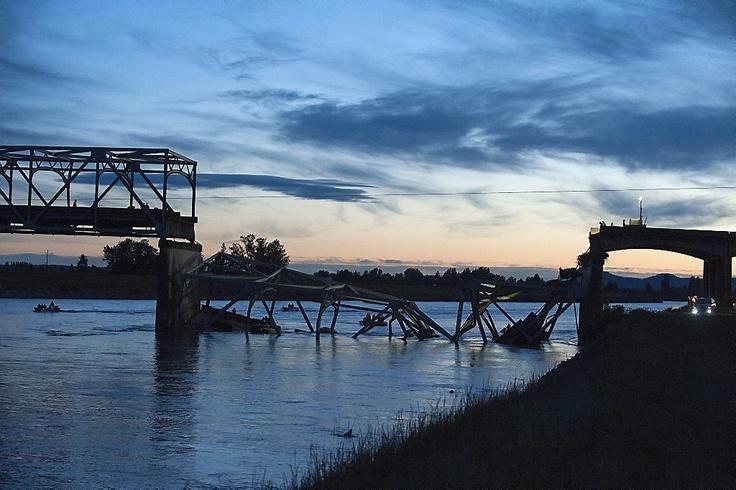 De brug van de autosnelweg Seattle – Vancouver over de rivier de Skagit is donderdagavond ingestort. Reddingswerkers stellen dat er voor zover bekend geen doden zijn gevallen. Foto EPA