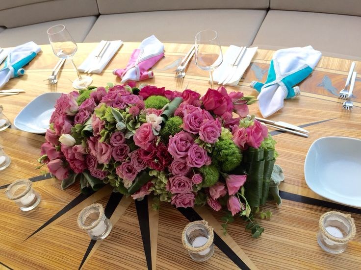 Pink roses and green hydrangeas for the bride's table design on the boat henna party at Bosphorus. #duygununkinasi2015
