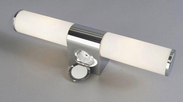 1263,- Baderomslampe med stikkontakt IP44 Mål: Bredde: 44cm x 11cm dyp Mål på veggfeste: 6,3cm høy x 9 cm bred Lyskilde: 2xE14 maks 2 x 40W Farge:Krom Skjermer av frostet glass Kan dimmes når stikkontakten ikke er i bruk