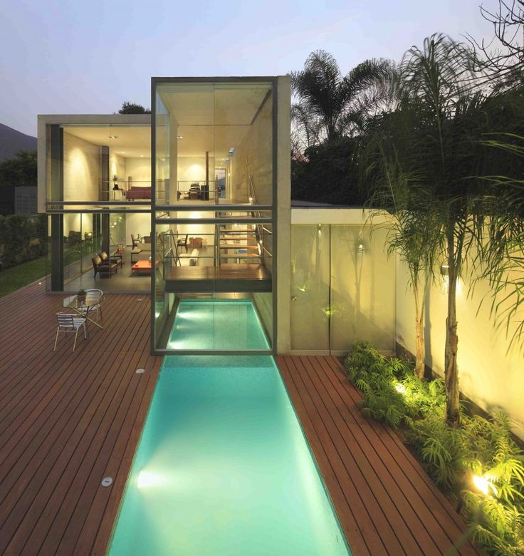 Supercool house with interior/exterior pool all in one! Note the usage of glass panels giving the house av very open look'n'feel.