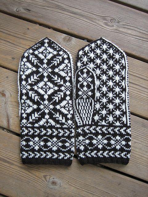 Ravelry: yarnjungle's Spider mittens