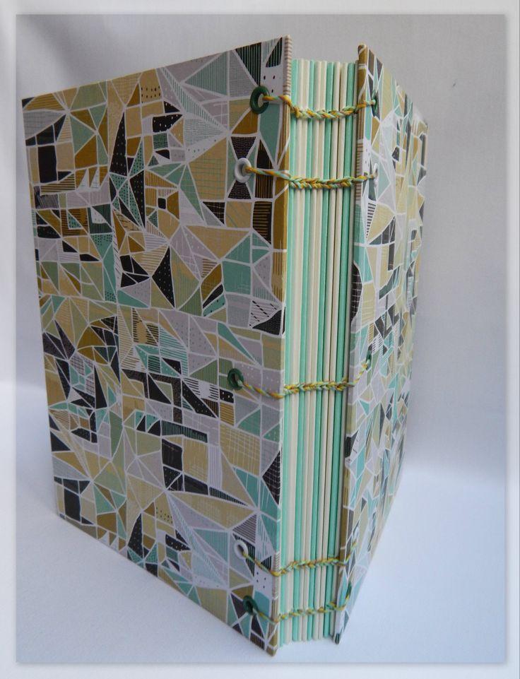 Verdes combinados. Formato A5. Medidas: 21,5 cm. x 15,5 cm.  120 Hojas lisas, bookcel (color ahuesado) y verde agua. Papel. VENDIDO