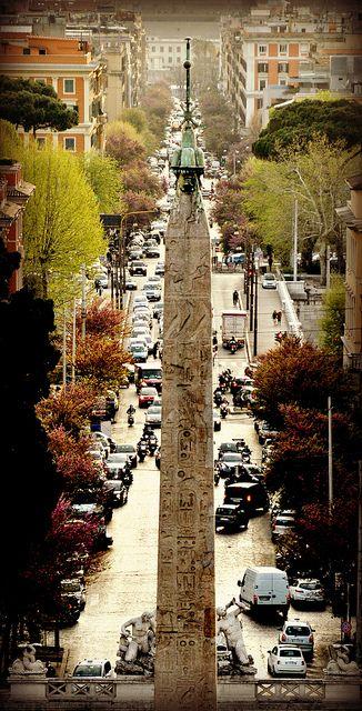 イタリア ローマ ポポロ広場から続く通りは真っ直ぐのびている。