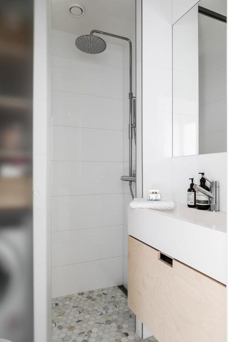 Tämä pieni kylpyhuone on remontoitu kauniisti ja tyylikkäästi. Lattiaa koristavat 6-kulmaiset marmorilaatat, suihkutila on erotettu lasiliukuovin ja koivuviiluiset allaskalusteet on teetetty puusepällä.
