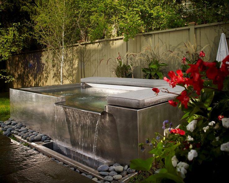 Disfruta de las burbujas que hacen los chorros de agua para hidromasaje en un jacuzzi al aire libre. Revisa esta ideas de jacuzzis de jardín o terraza