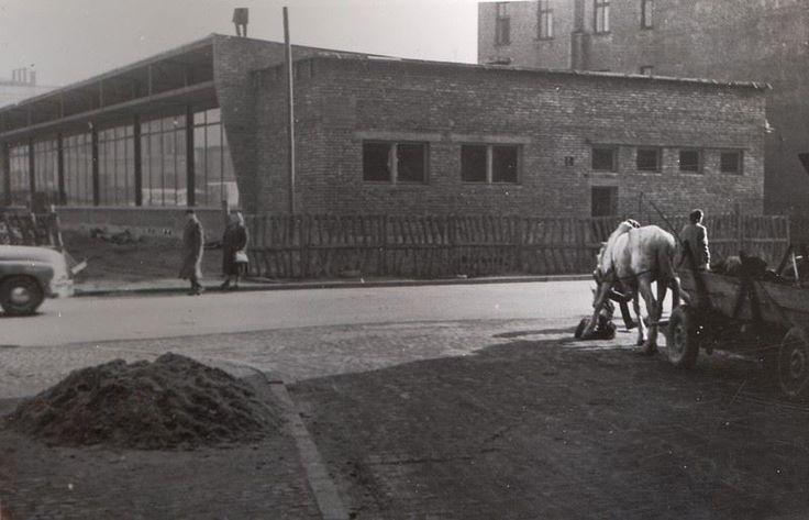 """Ulica Pawia i kultowy bar """"Smok"""". Fot. nieznany, ok. 1960."""