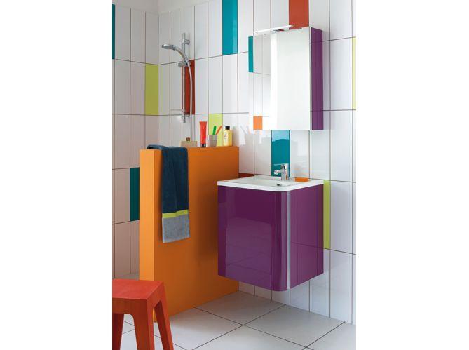 une salle de bain couleurs pop avec un meuble laqu prune brillant suspendu sur un carrelage - Meuble Salle De Bain Prune