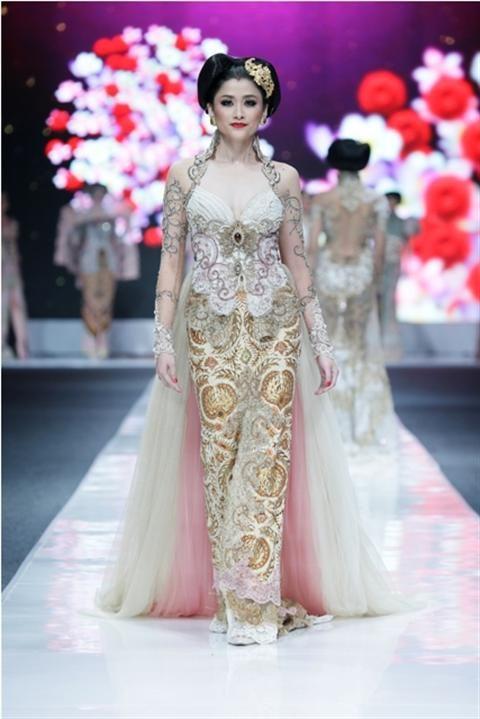 Jakarta Fashion Week 2012-2013..Designer Anne Avantie. Fashion designer from Indonesia