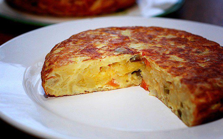 İspanyol omletini andıran, patates pastası kıvamında, kahvaltı eşlikçisi, keyifli mi keyifli bir patatesli omlet hazırlamak isteyenleri mutfağa alalım.