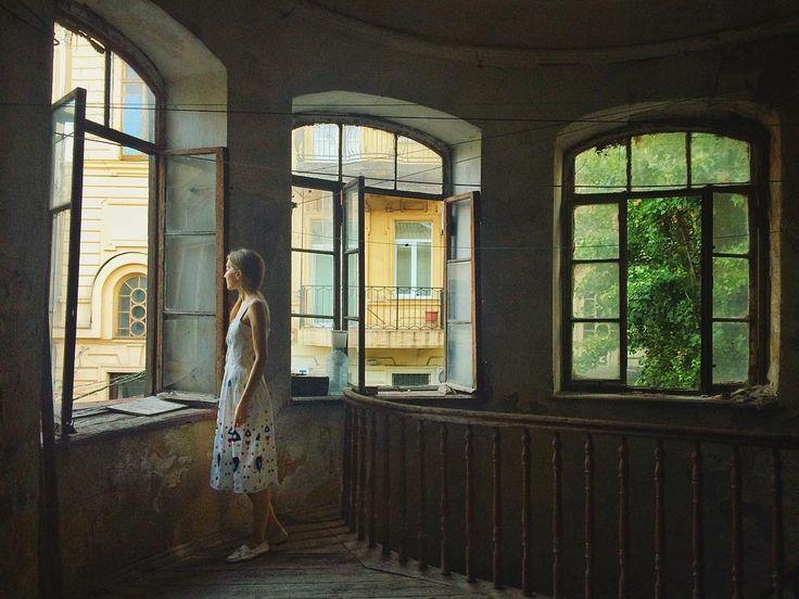Лето из Одессы всегда уходит ночью, по-английски ... взмахнув крылом жар-птицы, унося с собой так ... градусов 15🌡