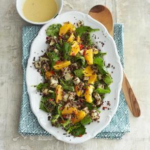 Lauwwarme selderijsalade met quinoa, knolselderij, spinazie, sinaasappel en crunchy-tahinidressing | Smaakmakend
