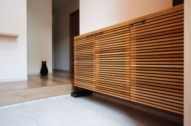 ルーバー扉の下駄箱を設置してきました。新居完成から約2ヶ月、ようやくお届けできました。。犬派ですが黒猫は好きです。カラスも好きです。ルーバーの太さと間隔の...