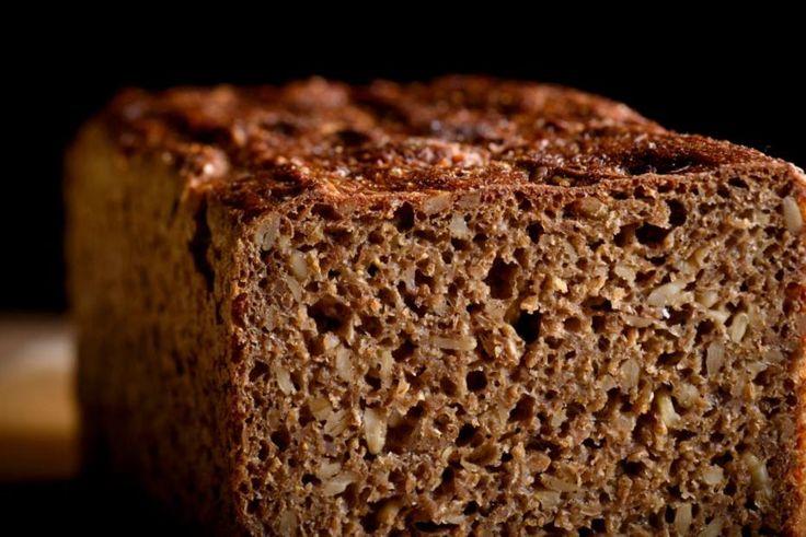 O pão de centeio tradicional da Escandinávia é escuro, cheiroso, irregular e com sabor que lembra o de nozes