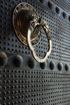 Portes de fer antique avec une poignée de cuivre