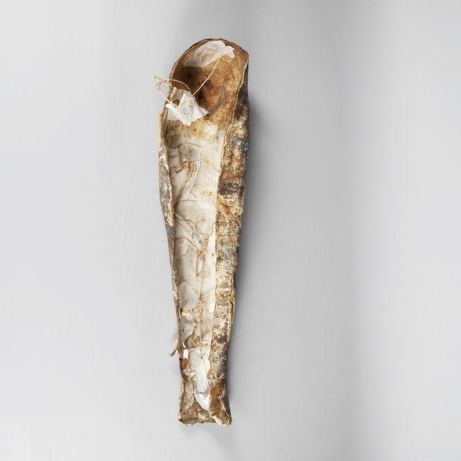 Achetez un objet d'art : Sarcophage d'enfant au masque doré en épaisse toile stuquée et polychromée. Il présente sur le corps huit bandes de décor : nœud Tit, pilier Djet, Osiris...