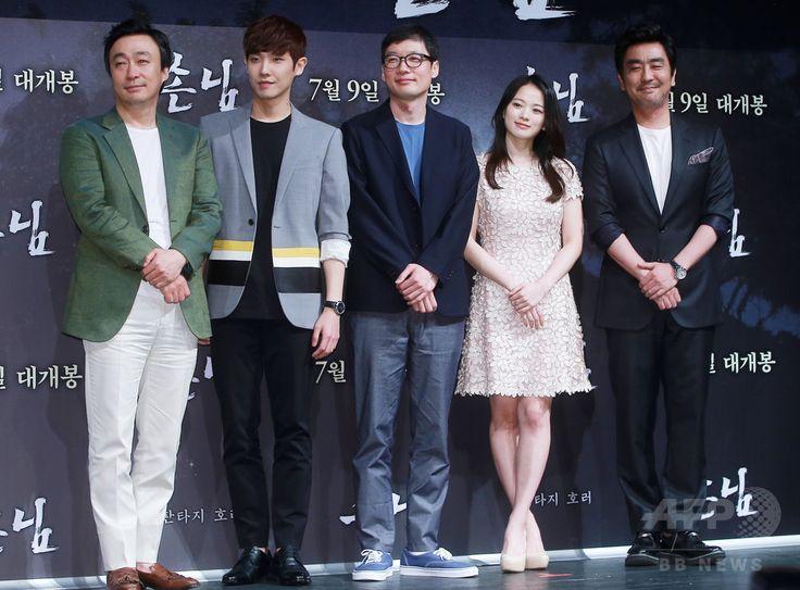 韓国・ソウルのシネマコンプレックス「CGV」압구정 Apgujeong 狎鴎亭店で行われた、映画『客 손님 The Piper』の制作報告会に臨む、(左から)俳優のイ・ソンミン、アイドルグループ「MBLAQ」の元メンバーのイ・ジュン、キム・グァンテ監督、女優のチョン・ウヒ、俳優のリュ・スンリョン(2015年6月9日撮影)。(c)STARNEWS ▼12Jun2015AFP|映画『客』の制作報告会、ソウルで開催 http://www.afpbb.com/articles/-/3051733 #이성민 #李聖旻 #Lee_Sung_min #이준 #李準 #Lee_Joon #김광태 #金光泰 #Kim_Gwang_Tae #천우희 #千玗嬉 #Chun_Woo_hee #류승룡 #柳承龍 #Ryu_Seung_ryong