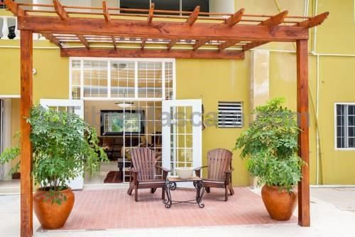 Sky View Guest Apartments Kingston Located in Kingston, Sky View Guest Apartments offers a barbecue and sun terrace. Port Antonio is 35 km from the property. Free WiFi is offered throughout the property. The accommodation has a TV, DVD player, and CD player.