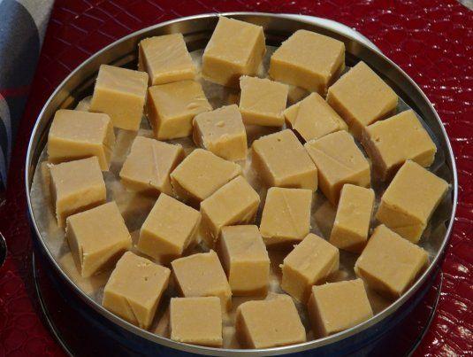 Dans un bol ajouter la cassonade, le beurre et le Eagle Brand. Cuire au four mico-onde, 10 minutes total en deux étapes. Après le premier 5 minutes de cuisson, sortir le bol du micro-onde et brasser avec une cuillère de bois. Remettre au four micro-onde pour le dernier 5 minutes. Sortir du four, brasser 15 secondes et laisser reposer 10 minutes sans y toucher. Après le 10 minutes de repos, ajouter le sucre en poudre et brasser avec une mixette. Tapisser le fond d'un moule de 7X11 huiler…
