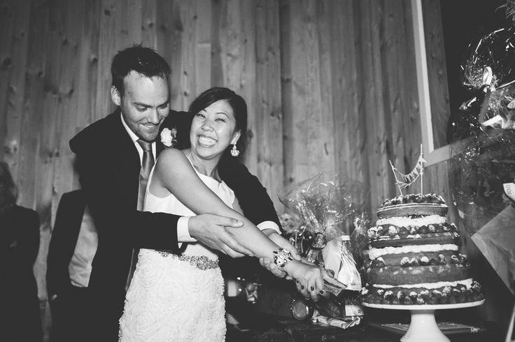 Bröllopstårta - Bröllop i skogen - Bröllop i lada - Romantiskt och lantligt bröllop i Sverige, Fotograferat av Bröllopsfotograf Beatrice Bolmgren - Makeup & hår Sofia Boman