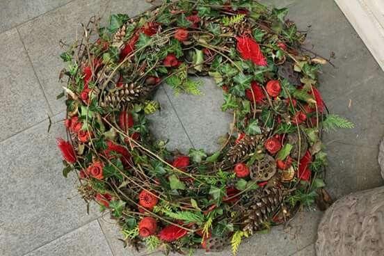 Trockenmaterial mit roten Rosen