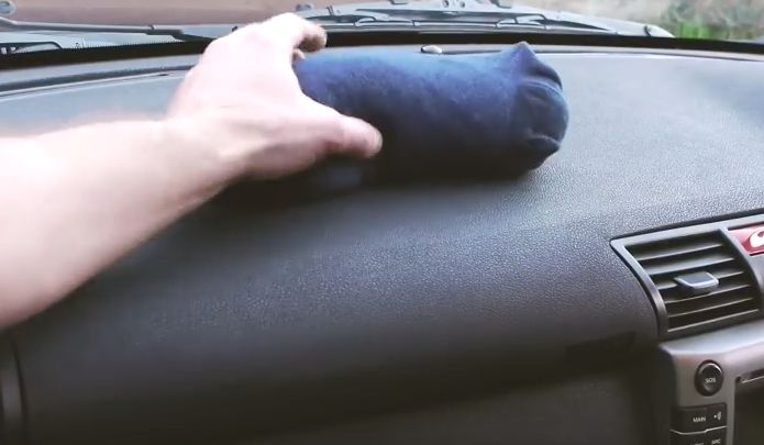Op het dashboard van zijn auto legt hij een sok! De reden waarom hij dit doet is werkelijk BRILJANT! - Zelfmaak ideetjes