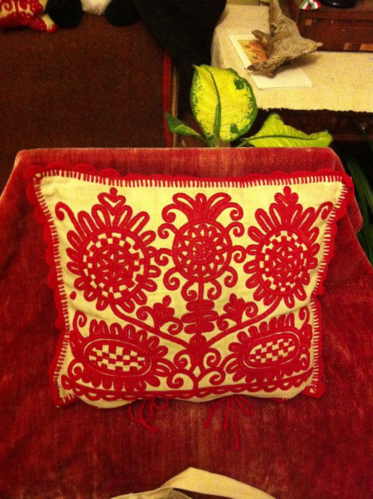 Pillow with Hungarian irasos by M Kudor, Banffyhunyad/ Huedin, Romania. Photo: Sarah Pedlow