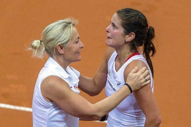 Emotional nach dem Sieg: Julia Görges mit Teamchefin Barbara Rittner
