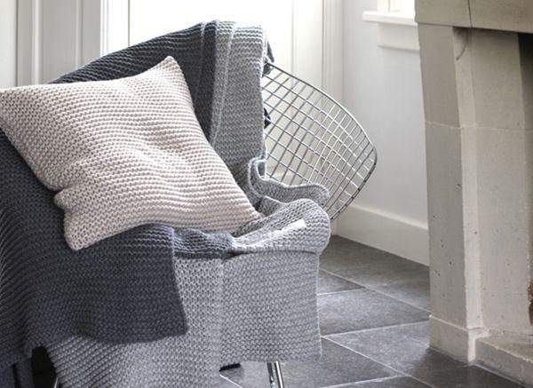House in Style Devon. Maak een gezellige hoek met gebreide accessoires op een stoel. #kussen #plaid #cushion #gebreid